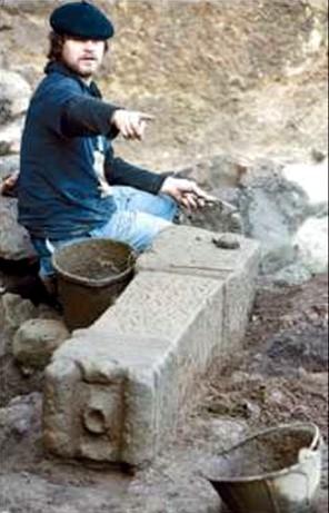 El hallazgo de un ara funeraria en Areal refuerza la importancia del Vigo romano