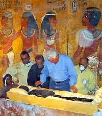 Arqueólogos egipcios denuncian daños irreparables en la momia de Tutankamon